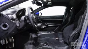 مالک خودرو، در انتخاب آپشنهای فراری چیزی کم نگذاشته است. از آپشنهای این سوپر اسپرت منحصر به فرد، میتوان به رنگ نقرهای رینگها و لنتهای ترمز، تزئینات فیبر کربن در سپر جلو، رکابها، ورودیهای هوا، دیفیوزر و بخش عقب آن، اشاره کرد. حتی پوشش فیبرکربنی موتور خودرو، به امضای رانندگان فرمول یک، ماریزیو آریوابنه، سباستین فتل و کیمی رایکونن مزین شده است.