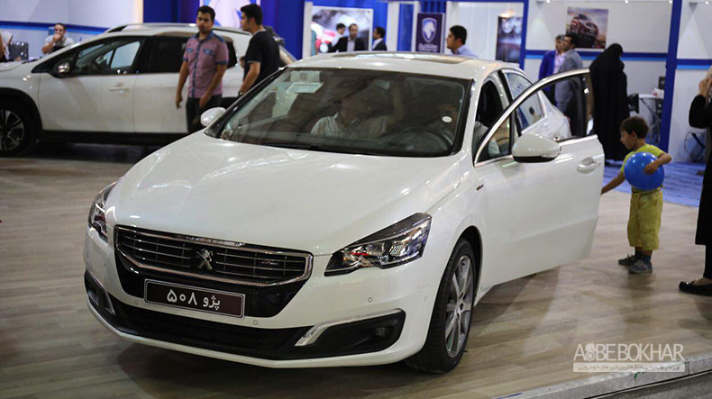 غرفه ایران خودرو کوچک؛ اما شلوغ