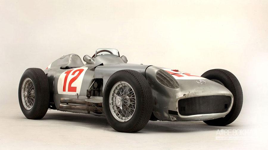 ۳- مرسدسبنز W196 محصول سال ۱۹۵۴ قیمت حراجی: ۲۹ میلیون و ۶۵۰ هزار و ۹۵ دلار  خودروی فرمول یک مرسدسبنز W196 برای رقابت در مسابقات فرمول یک ۱۹۵۴ و ۱۹۵۵ ساخته شد. مرسدس W196 با هدایت رانندگان افسانهای فرمول یک، خوان مانوئل فنجیو و استرلینگ ماس در ۹ گرنپری به مقام اول رسید. W196 از پیشرانهی ۸ سیلندر خطی ۲.۵ لیتری تزریق سوخت مستقیم با قدرت ۲۵۷ اسب بخار استفاده میکرد که در برابر پیشرانههای کاربراتور تیمهای دیگر، بسیار پیشرفتهتر بود. این مدل کلاسیک بینظیر در حراجی بنهامس گودوود سال ۲۰۱۳ حراج شد.